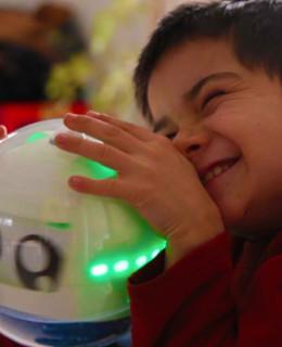 robotul pentru copii care sufera de autism